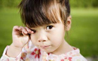 У ребенка чешутся глаза, причины проявления дискомфорта